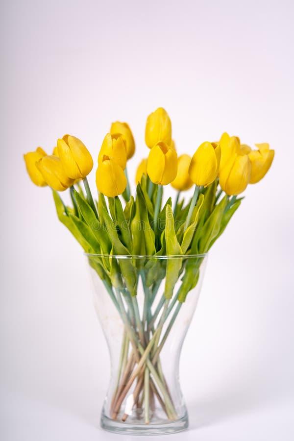 boeket van gele tulpen die zich in een vaas bevinden stock afbeeldingen