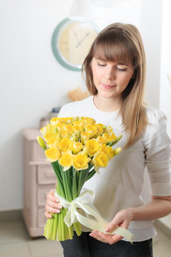 Boeket van gevoelige gele kleur mooie luxebos van gemengde bloemen in de hand van de vrouw het werk van de bloemist bij a royalty-vrije stock fotografie