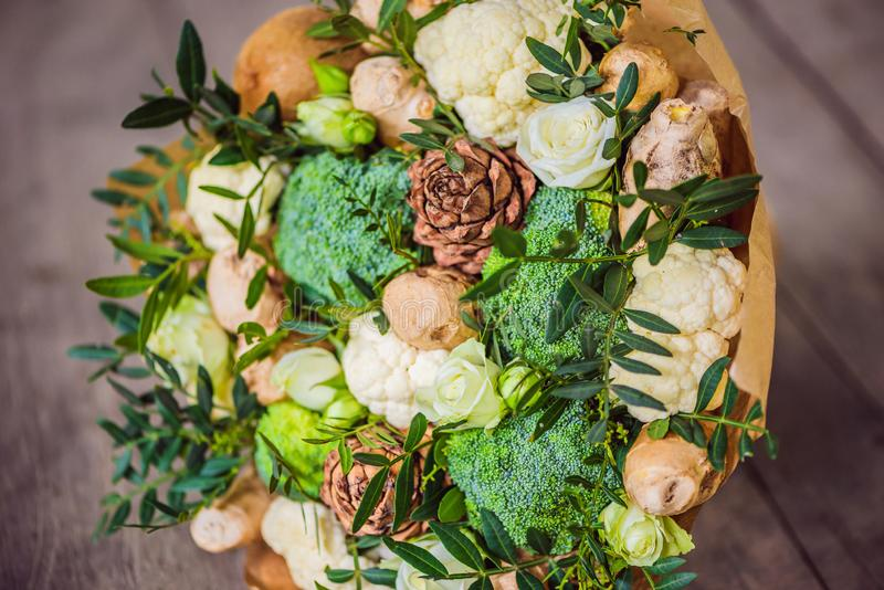 Boeket van groenten en vruchten, nuttige gift voor een gezonde levensstijl, een detoxdieet broccoli, bloemkool, gember royalty-vrije stock foto's