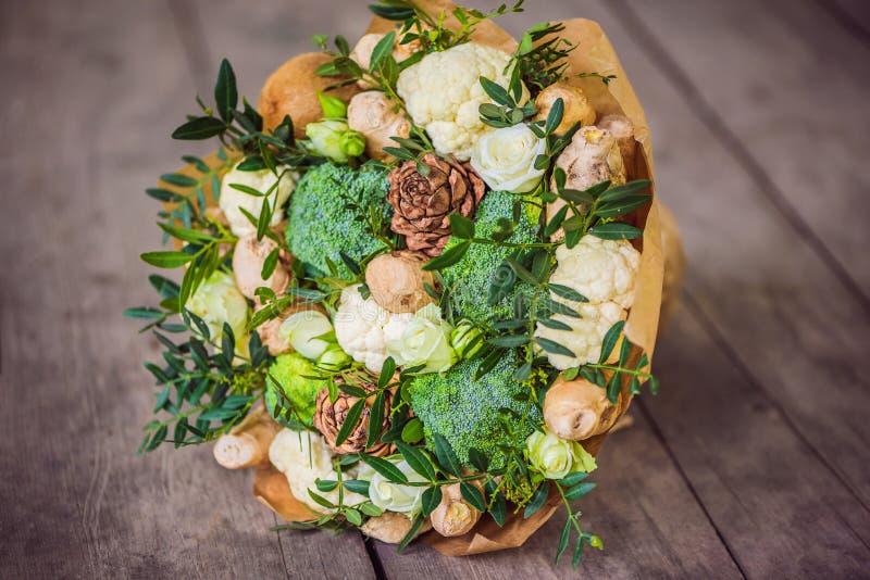 Boeket van groenten en vruchten, nuttige gift voor een gezonde levensstijl, een detoxdieet broccoli, bloemkool, gember royalty-vrije stock fotografie