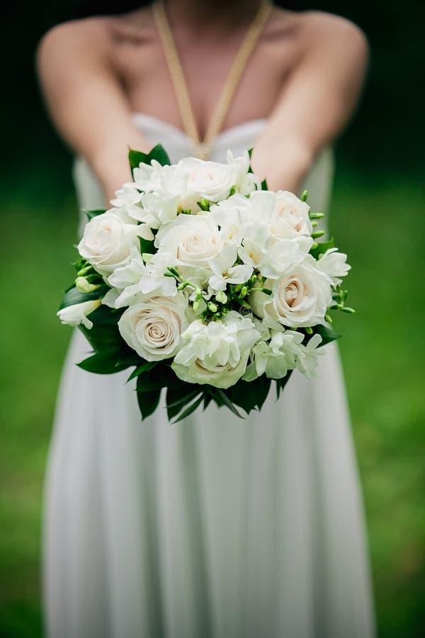Boeket van het close-up het mooie huwelijk van rozen in handen van de bruid royalty-vrije stock afbeelding