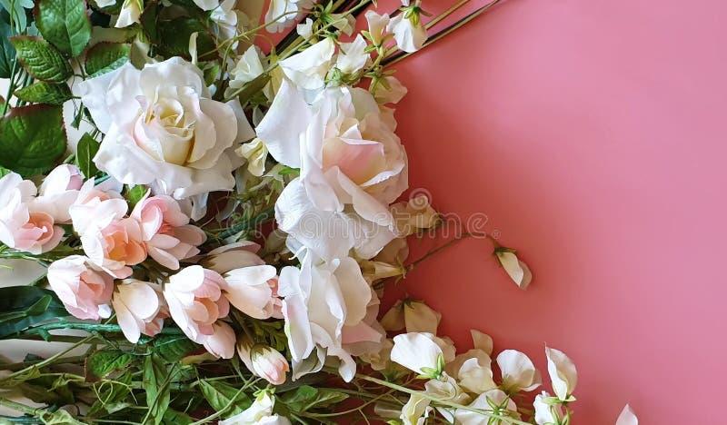 Boeket van het Exemplaar kopiëren het Ruimte Mooie Bloemen van de groetkaart van witte rozen en de wilde bloemen op een roze ach stock afbeelding