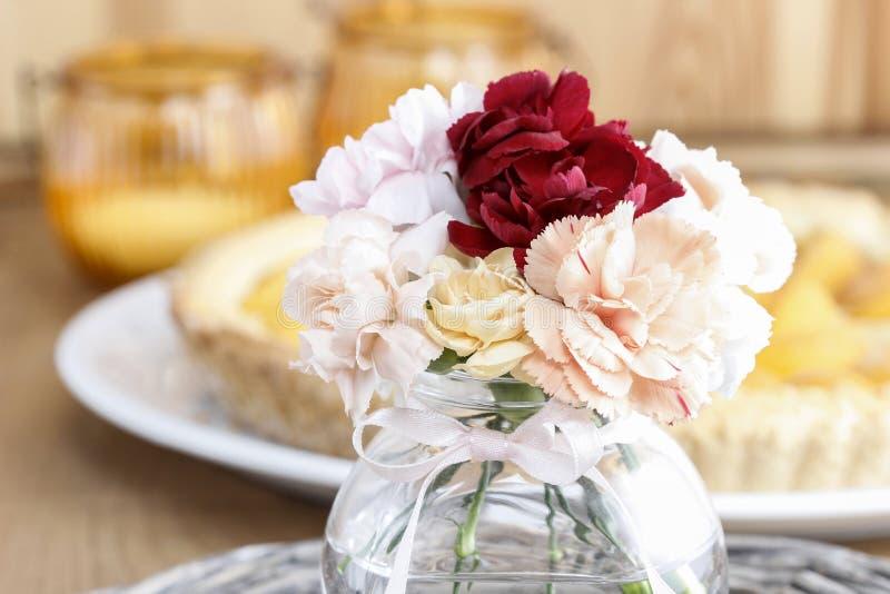 Boeket van het overweldigen van kleurrijke anjerbloemen stock fotografie