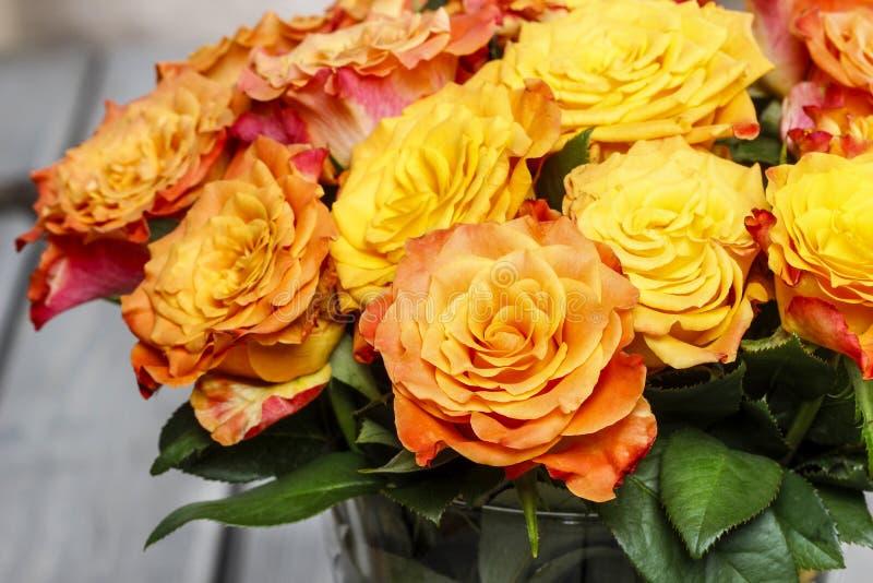 Boeket van het overweldigen van oranje rozen stock afbeeldingen