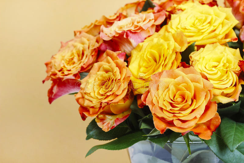 Boeket van het overweldigen van oranje rozen stock foto