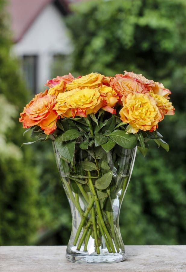 Boeket van het overweldigen van oranje rozen stock fotografie