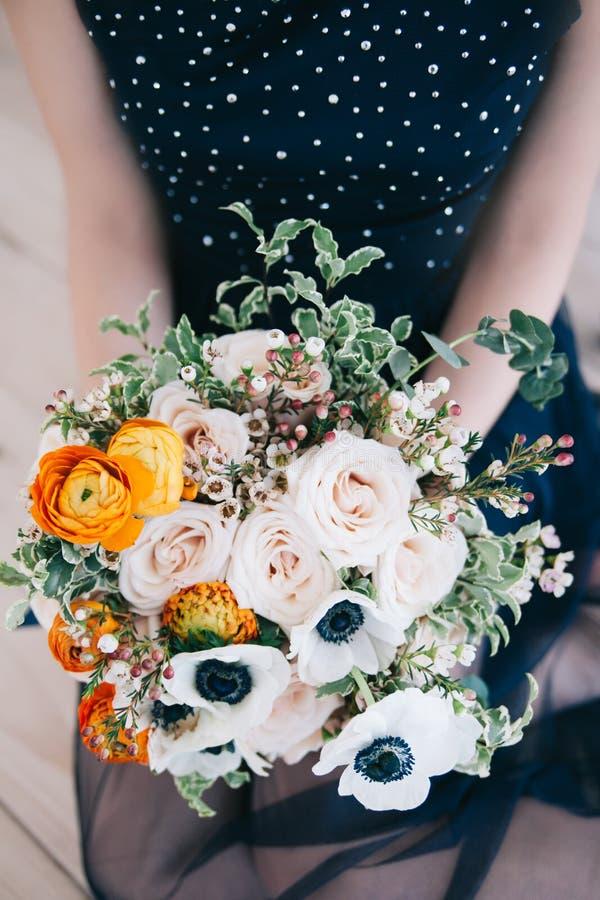 Boeket van kleurenbloemen in de hand stock fotografie