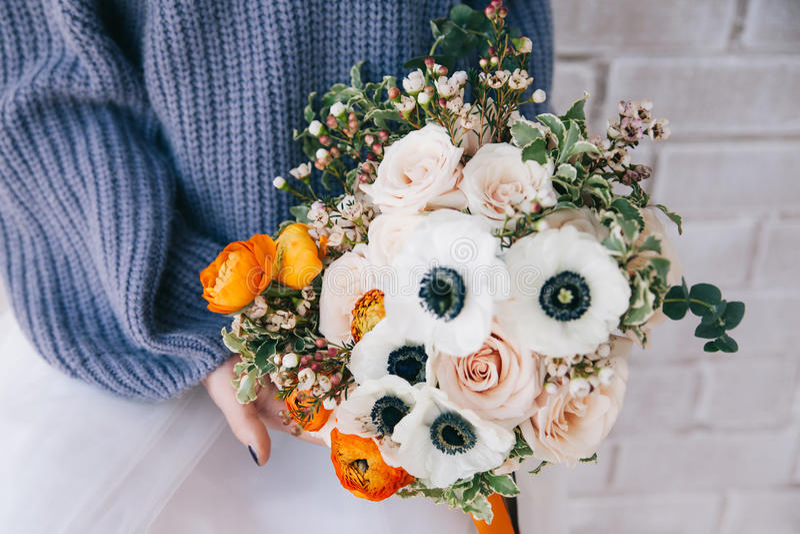 Boeket van kleurenbloemen in de hand stock afbeeldingen