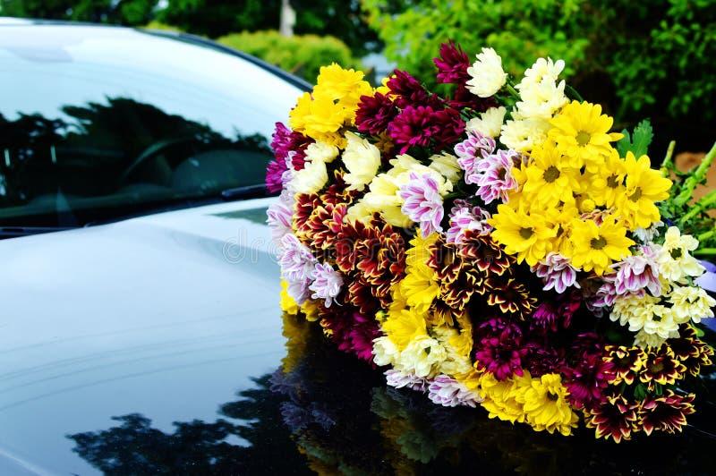 Boeket van kleurenchrysanten op de zwarte auto royalty-vrije stock foto
