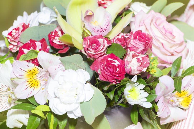 Boeket van kleurrijke bloemen, heel wat rozen royalty-vrije stock fotografie