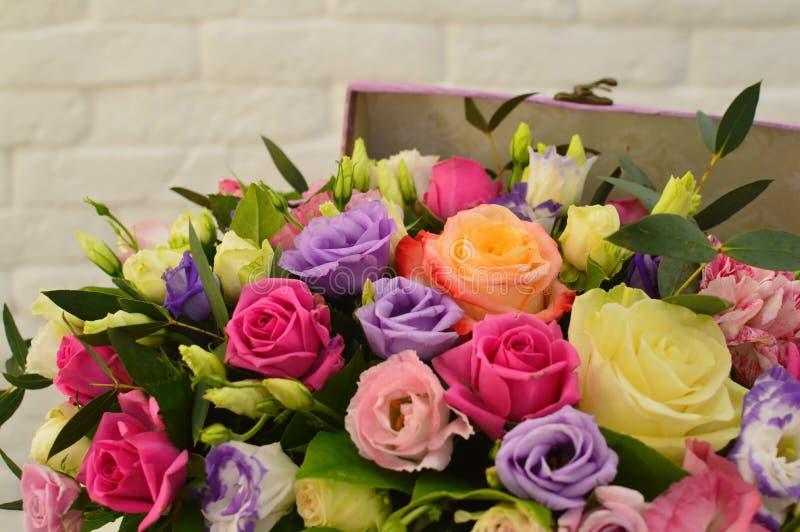 Boeket van kleurrijke bloemen in uitstekende hoedendoos stock foto's
