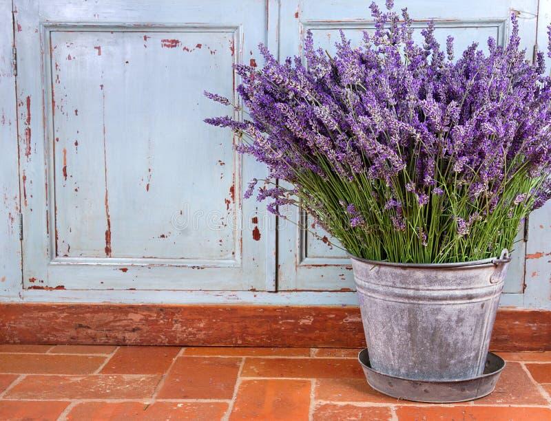 Boeket van lavendel in het rustieke plaatsen royalty-vrije stock fotografie