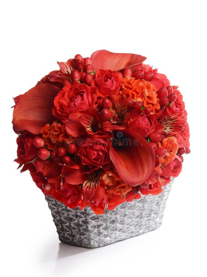 Boeket van mooie bloemen in mand royalty-vrije stock afbeeldingen
