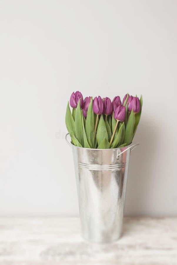 Boeket van Mooie Purpere Roze Tulpen in Metaalvaas op Gray Background stock fotografie