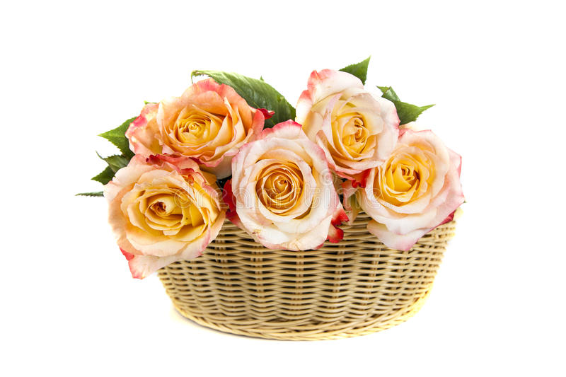Boeket van mooie roze rozen in een mand stock afbeelding