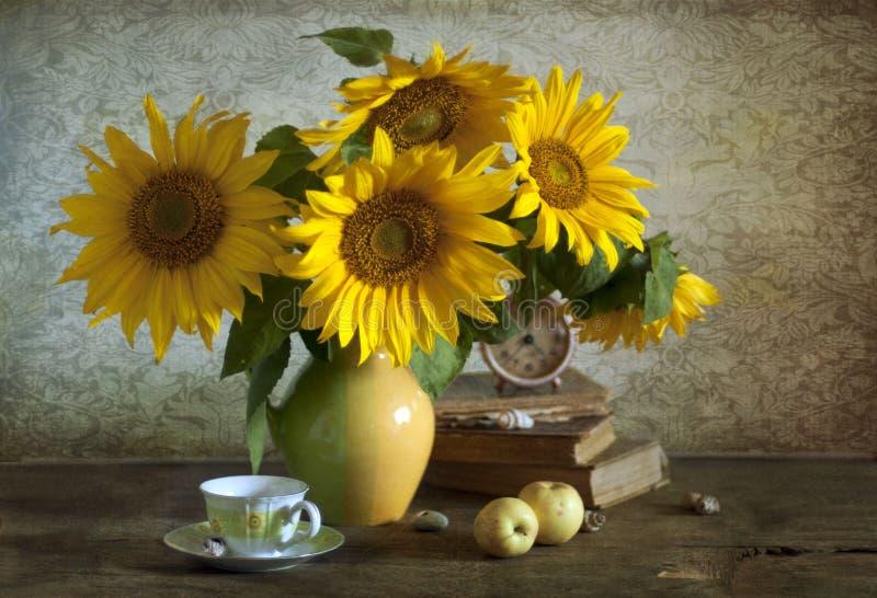 Boeket van mooie zonnebloemen in een vaas royalty-vrije stock fotografie