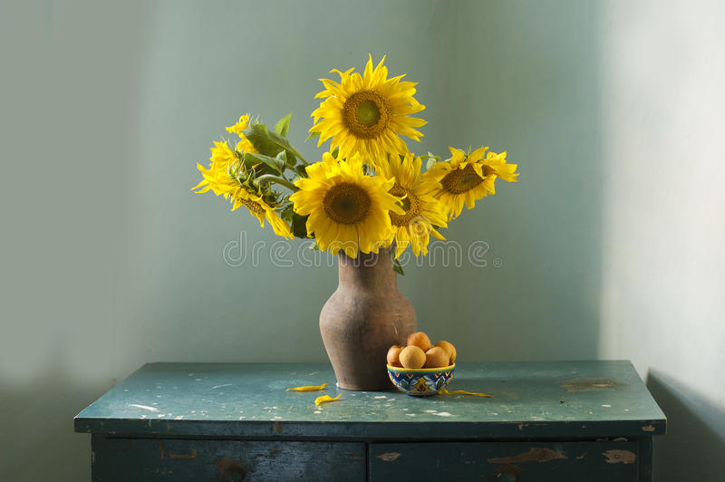 Boeket van mooie zonnebloemen in een vaas stock foto's