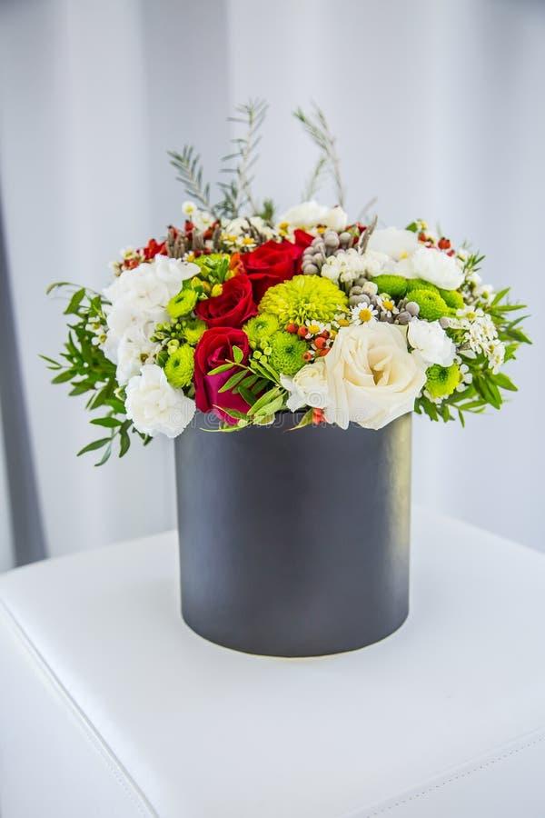 Boeket van multicolored bloemenrozen in de doos van de luxegift stock foto