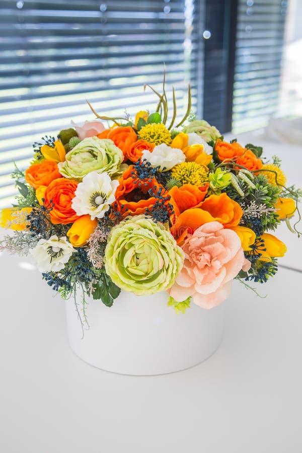 Boeket van multicolored bloemenrozen in de doos van de luxegift stock afbeeldingen