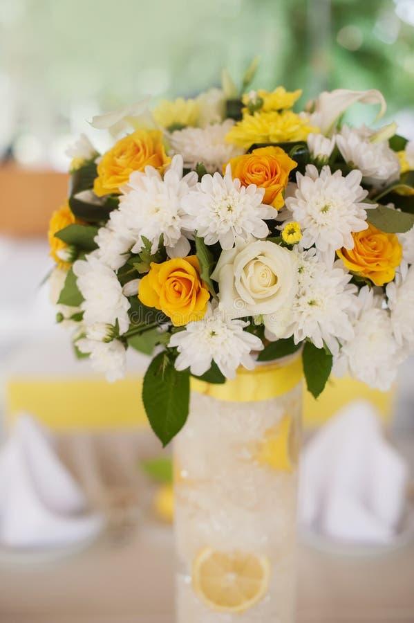 Boeket van oranje rozen in een witte rieten mand stock afbeeldingen