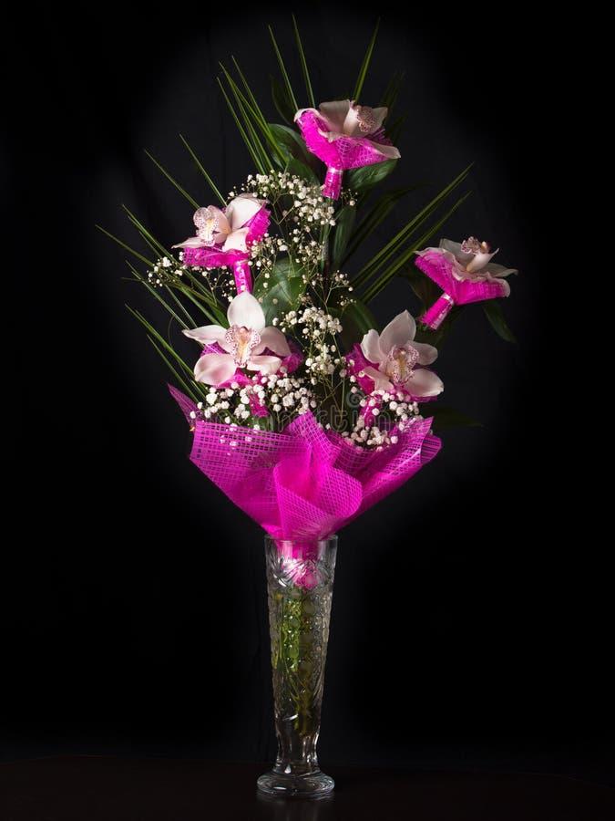 Boeket van orchideeëntribunes in een glasvaas royalty-vrije stock afbeelding