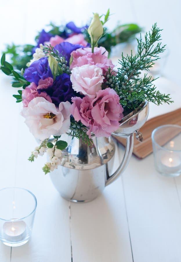 Boeket van purpere en roze eustomas stock afbeeldingen