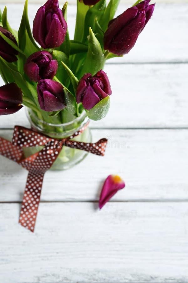 Boeket van purpere tulpen in een vaas stock afbeeldingen
