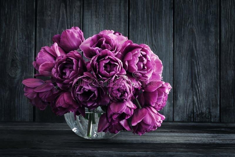 Boeket van purpere tulpen in een vaas stock fotografie