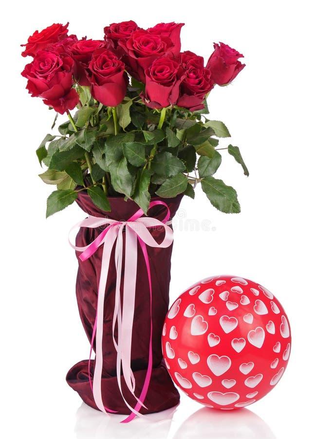 Boeket van rode die rozen in vaas en ballon op witte bac wordt geïsoleerd stock fotografie