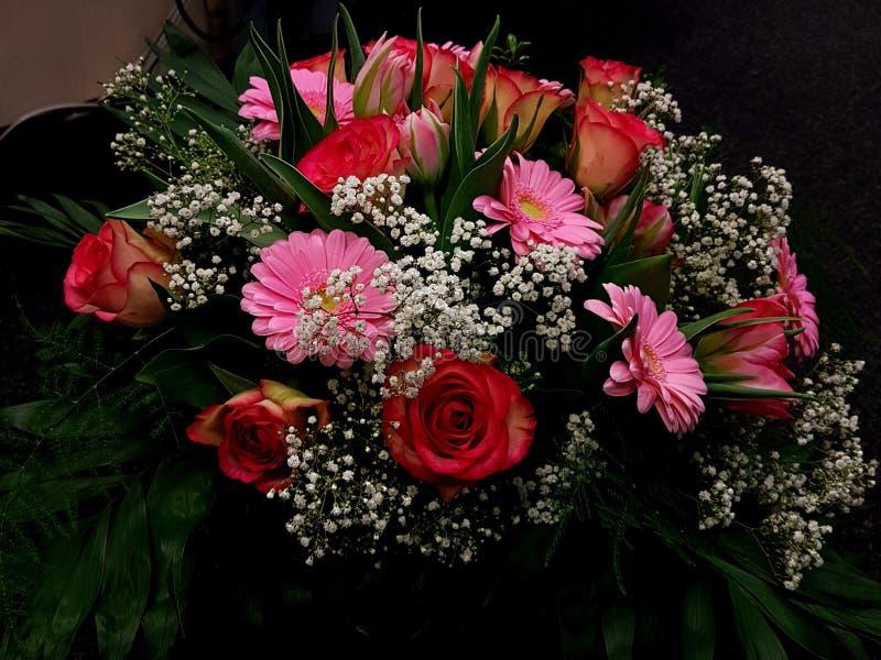 Boeket van rode en roze bloemen royalty-vrije stock fotografie