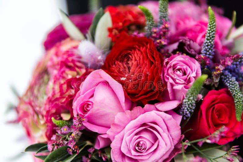 Boeket van rode en roze rozen royalty-vrije stock foto