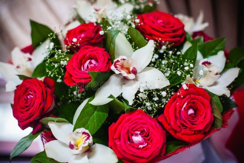 Boeket van rode rozen en witte orchideeën royalty-vrije stock afbeeldingen