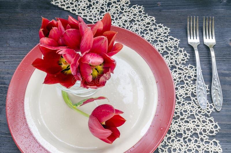 Boeket van rode tulpen voor de dag van de moeder stock foto's