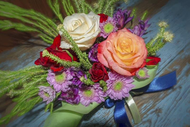 Boeket van rode witte rozen en purpere chrysanten stock fotografie