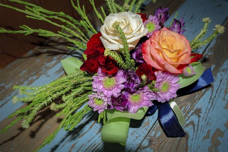 Boeket van rode witte rozen en purpere chrysanten royalty-vrije stock foto