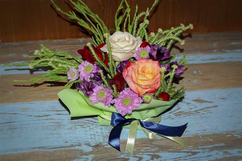 Boeket van rode witte rozen en purpere chrysanten royalty-vrije stock afbeeldingen
