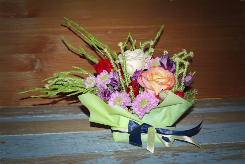 Boeket van rode witte rozen en purpere chrysanten royalty-vrije stock fotografie
