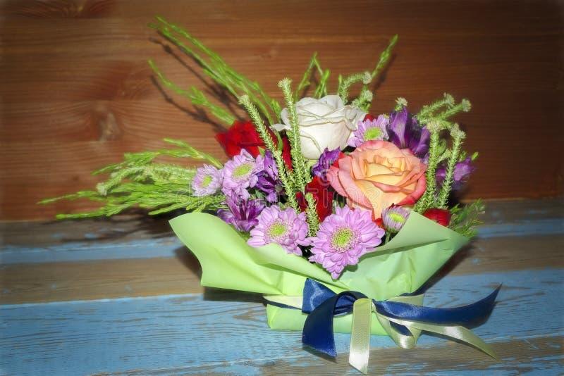 Boeket van rode witte rozen en purpere chrysanten stock foto