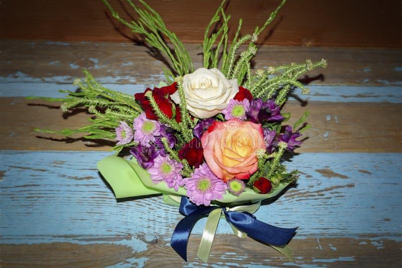 Boeket van rode witte rozen en purpere chrysanten stock afbeeldingen