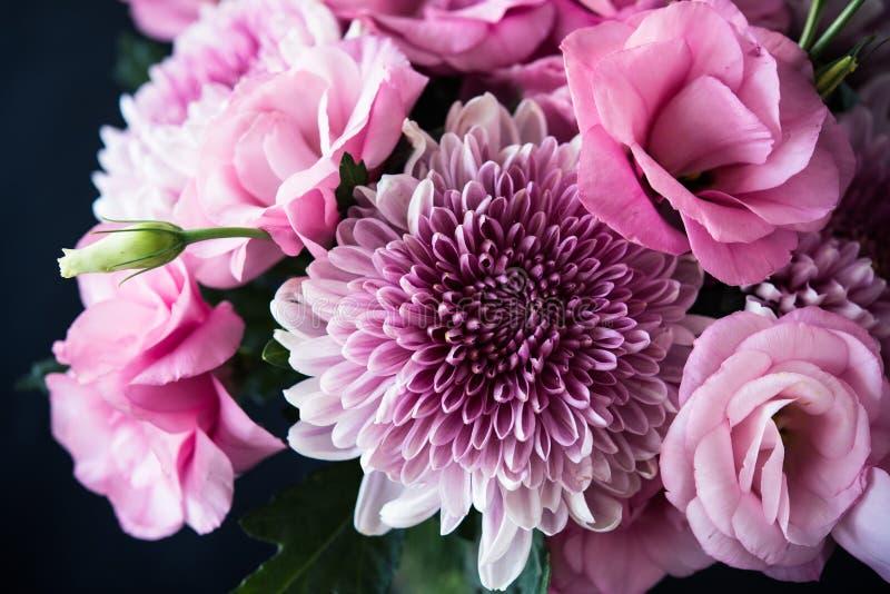 Boeket van roze bloemenclose-up, eustoma en chrysant royalty-vrije stock afbeelding