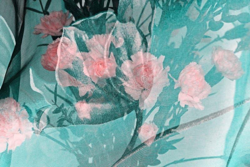 Boeket van roze carnationsunder een groene sjaal royalty-vrije stock foto's