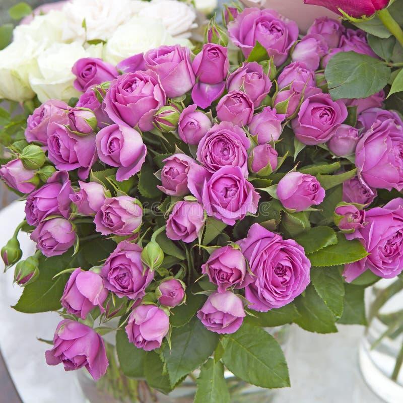 Boeket van roze die rozen in een vaas voor een verjaardag wordt gegeven stock afbeeldingen