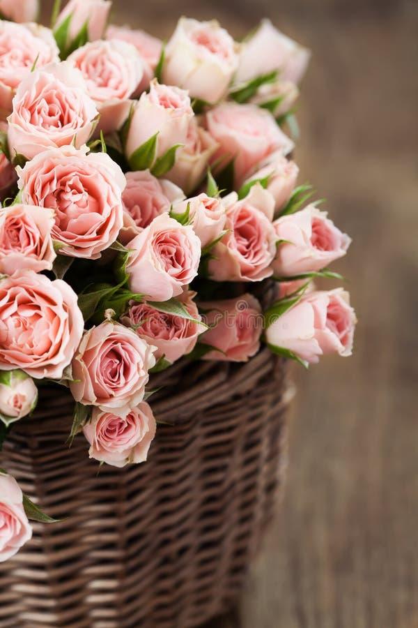 Boeket van roze nevelrozen in mand royalty-vrije stock afbeeldingen