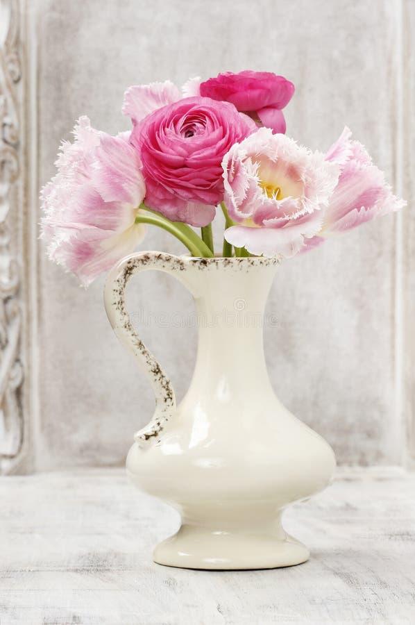 Download Boeket Van Roze Perzische Boterbloemenbloemen Stock Afbeelding - Afbeelding bestaande uit groen, liefde: 39118435