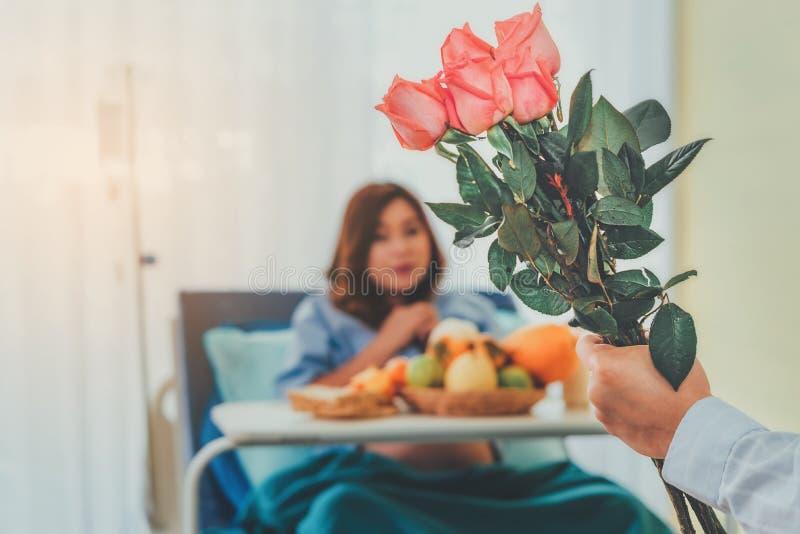 Boeket van roze rozen in de handen van de echtgenoot die lo bracht stock fotografie