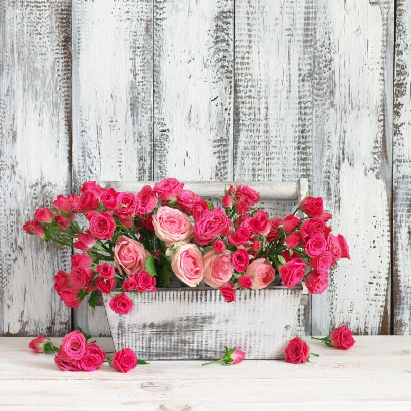 Boeket van roze rozen in doos royalty-vrije stock afbeeldingen