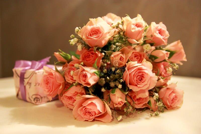 Boeket van roze rozen en een gift royalty-vrije stock foto