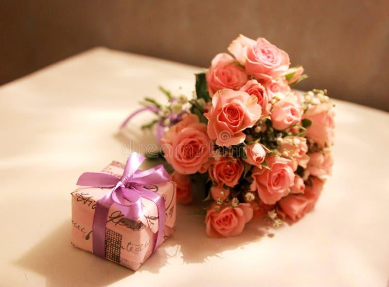 Boeket van roze rozen en een verrassing royalty-vrije stock foto's