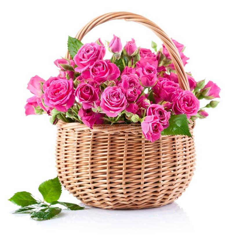 Boeket van roze rozen in mand stock foto's