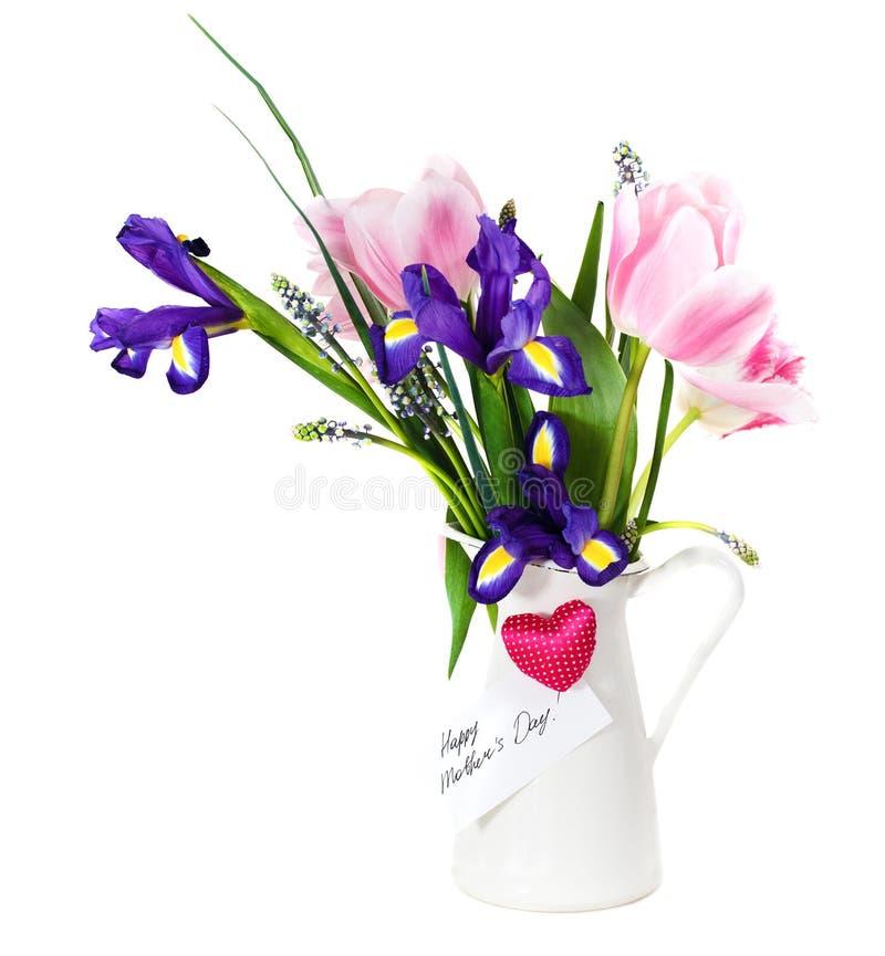 Boeket van roze tulpen, violette iris en muscari in de pot stock afbeelding